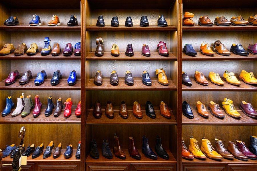 Schoenenkast vol met stijlvolle leren schoenen
