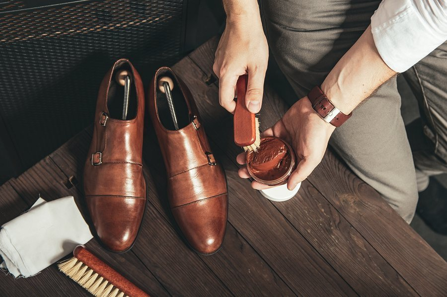 Schoenen poetsen in belangrijk voor het onderhoud