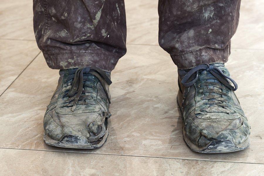 Schoenen die nodig moeten worden schoongemaakt